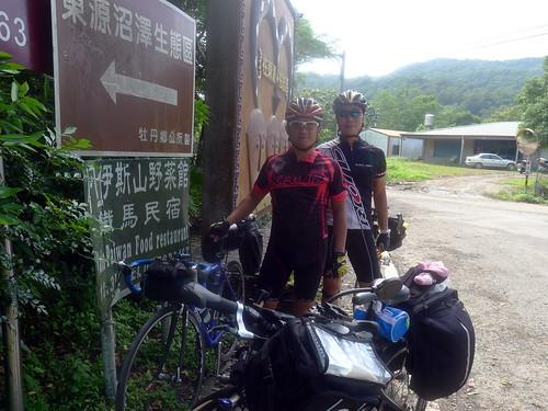 往東源村巧遇兩環島騎士