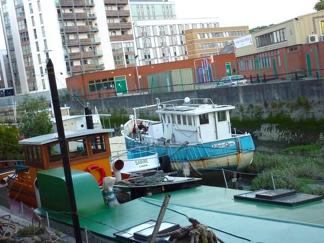 Peniche et bateau entre immeubles