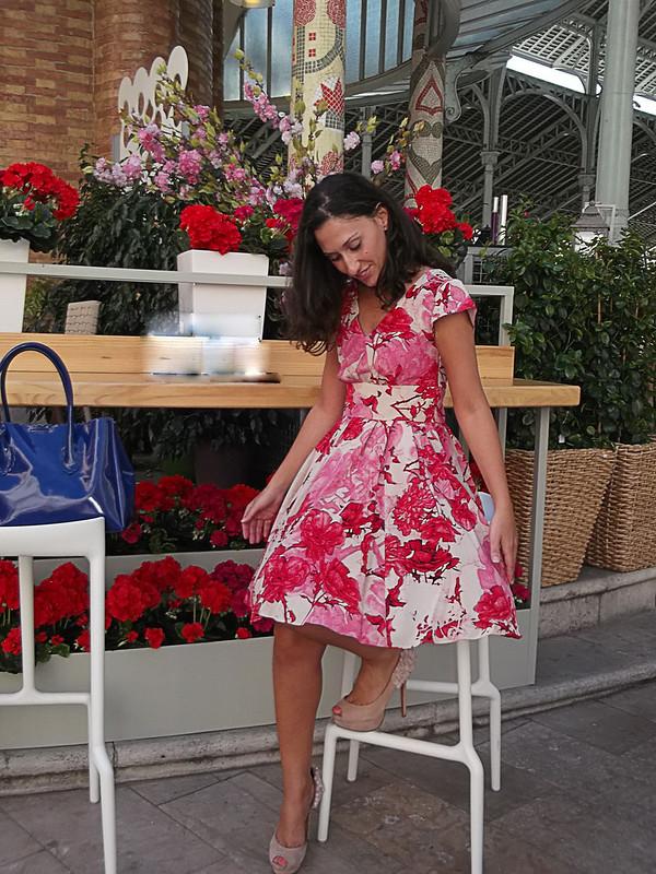 Mercado de Colón, Valencia, vestido floral, rosa, peep toes rosa palo, bolso azul Klein, Colon Market, floral pink dress, pale pink peep toes, Klein blue bag