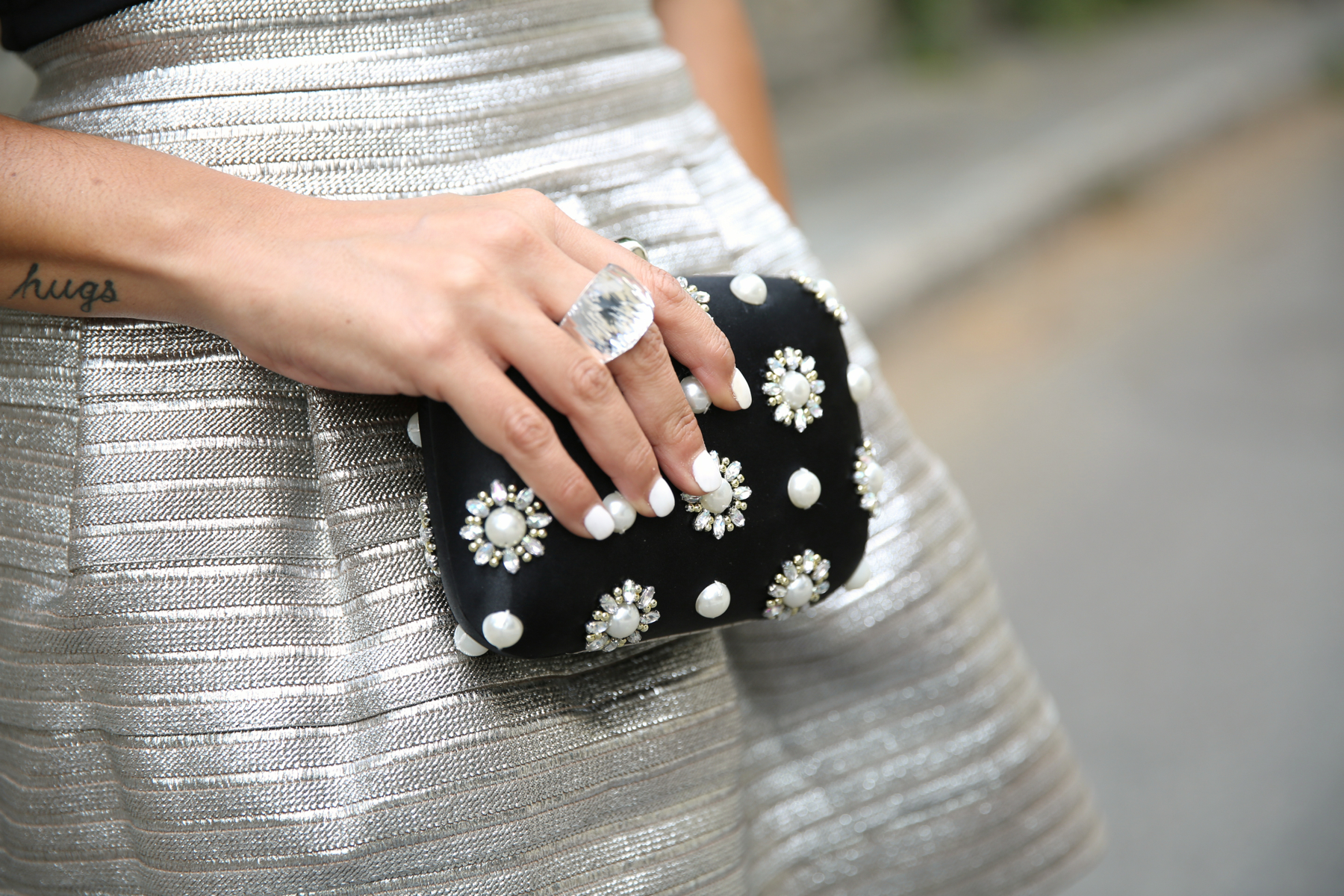 trendy_taste-look-outfit-street_style-blog-blogger-fashion_spain-moda_españa-saint_laurent-charol-crop_top-falda_plateada-silver_skirt-swarovski-wedding-boda-ocasiones_especiales-4