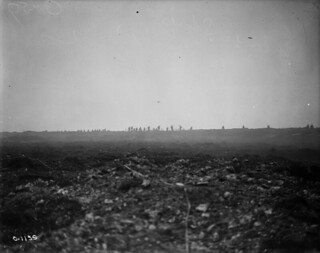 Canadian soldiers advancing over the crest of Vimy Ridge, France, April 1917 / Des soldats canadiens progressent sur la crête de Vimy (France) en avril 1917