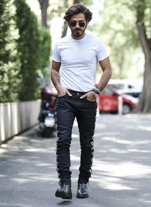 無地白Tシャツ×黒サイドレースアップパンツ×黒ブーツ