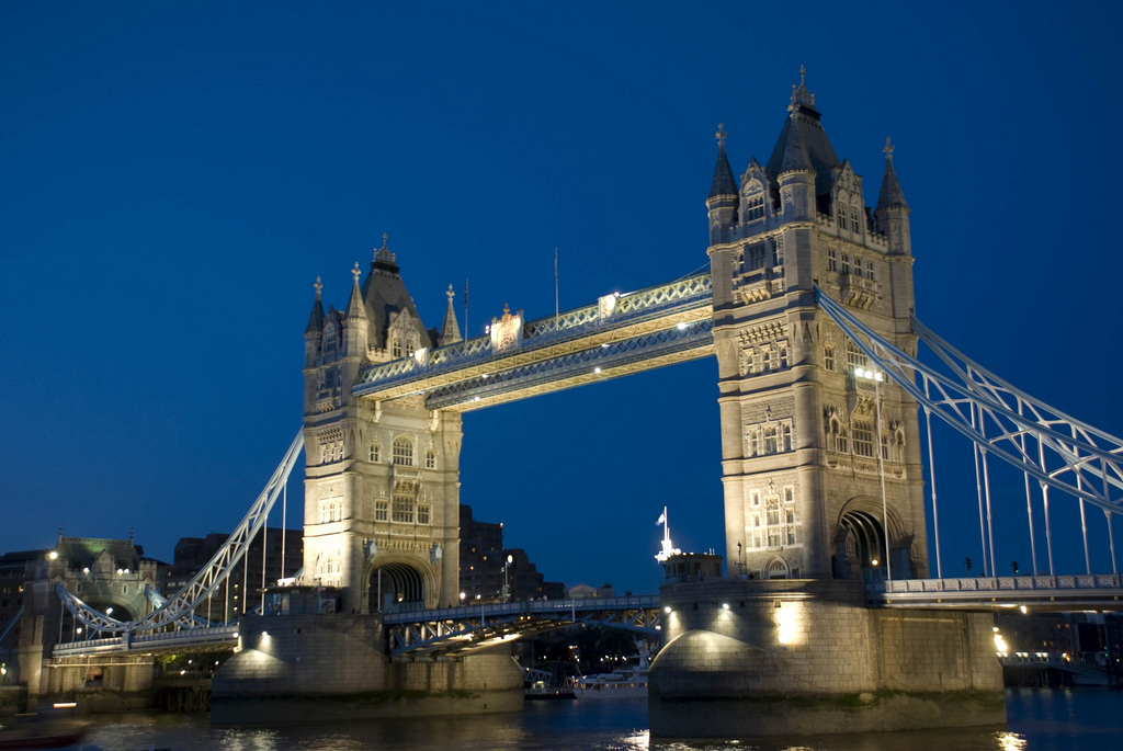 1. Tower Bridge y río Támesis, en Londres. Aurtor, Slazgrc