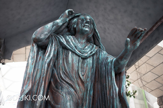 HHN3 Before Dark 2 - Attack of the Vampires - Cloaked statue