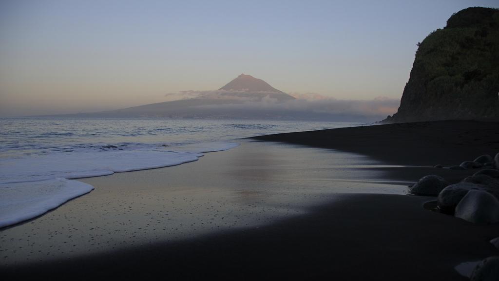 12. La primera luz del día. Playa en Faial. Autor, Arttmiss