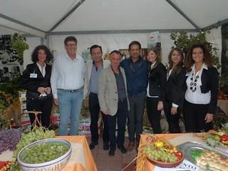 Pinuccio Valenzano al centro, in un evento dedicato alla terracotta
