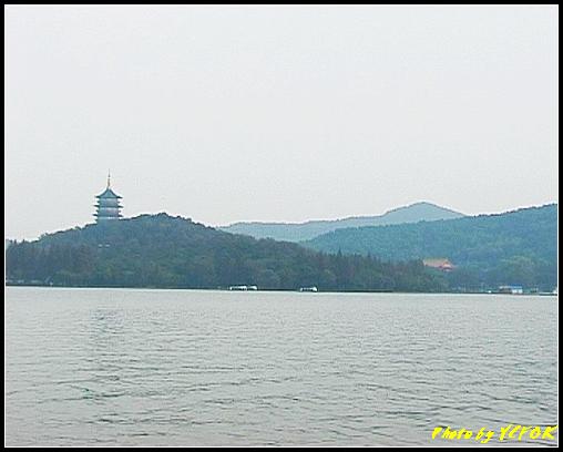 杭州 西湖 (其他景點) - 299 (在西湖十景之 蘇堤 看西湖十景之 左面是雷峰夕照的雷峰塔與右面的南屏晚鐘(淨慈寺))