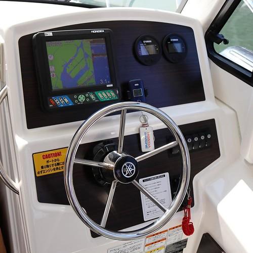 運転席。ナビもバッチリ。水深をチェックしながら操船します。 #勝どきマリーナ #ヤマハマリン #seastyle