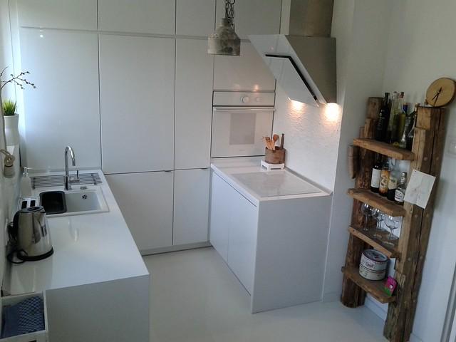 kuchnia z drewniana półką