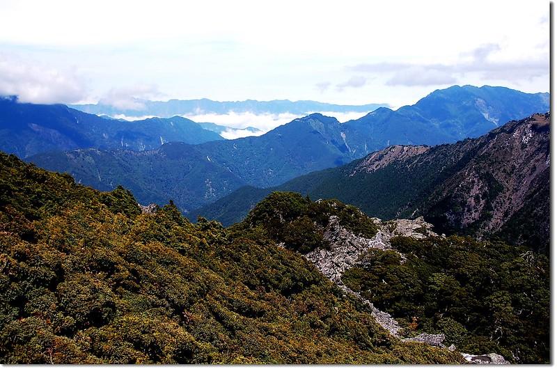 秀馬眺阿里山山脈(最遠者)