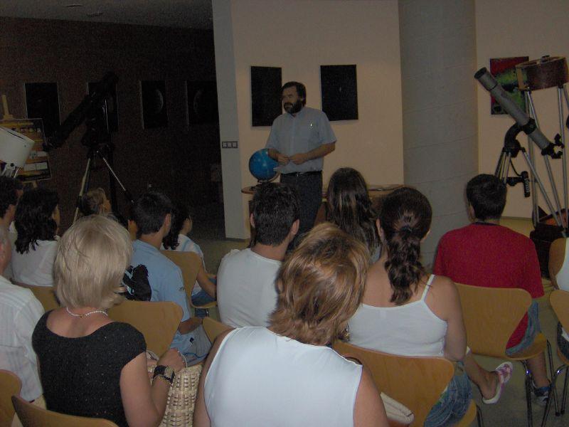 Jose Antonio hablando del observatorio a los visitantes