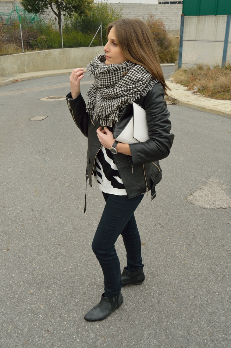 lara-vazquez-madlula-blog-fashion-casual-look-black-outfit-perfecto-jacket-rocanrolla
