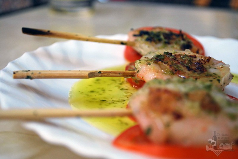 Piruletas de Langostinos aroma a ajito y aceite de oliva.