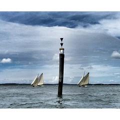 - Les mats des voiliers ponctuent la surface tel les slashes d'une correspondance epistol'air entre le ciel et la mer....  #portnawouak #igersgironde #bassindarcachon #sailing #
