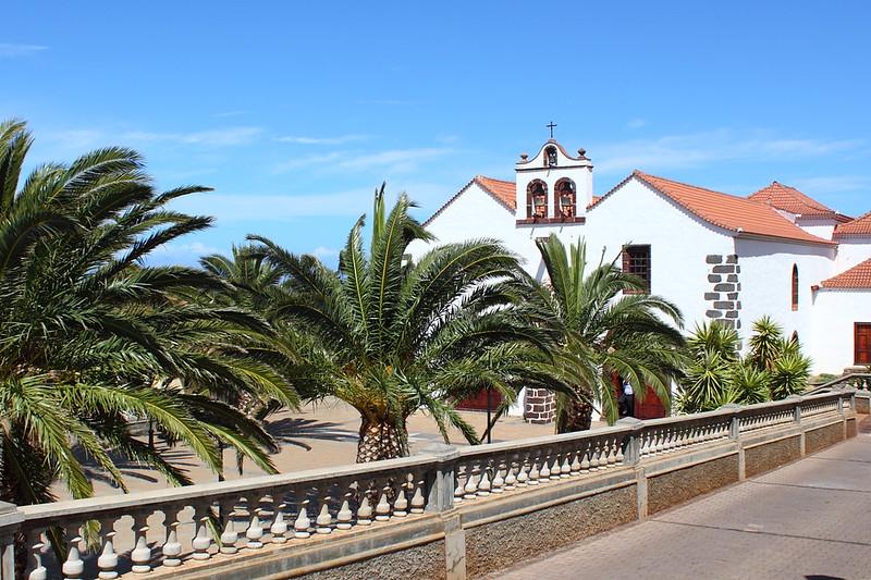 Dorfplatz mit Kirche