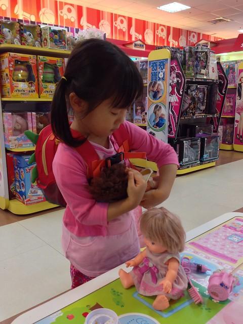 妹妹背著洋娃娃