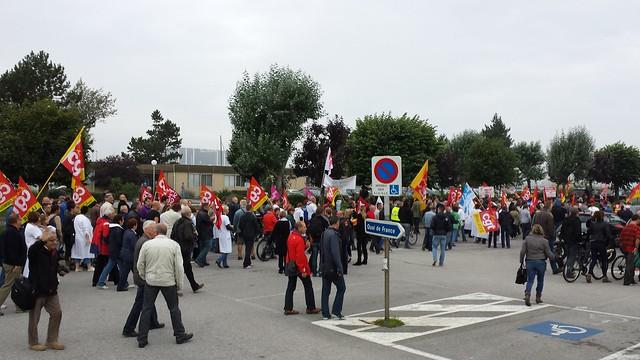 Des manifestants de l'hôpital Pasteur, DNCS, Euriware ou encore du collectif de la Manif pour tous du Calvados attendaient François Hollande aux abords de la Cité de la Mer