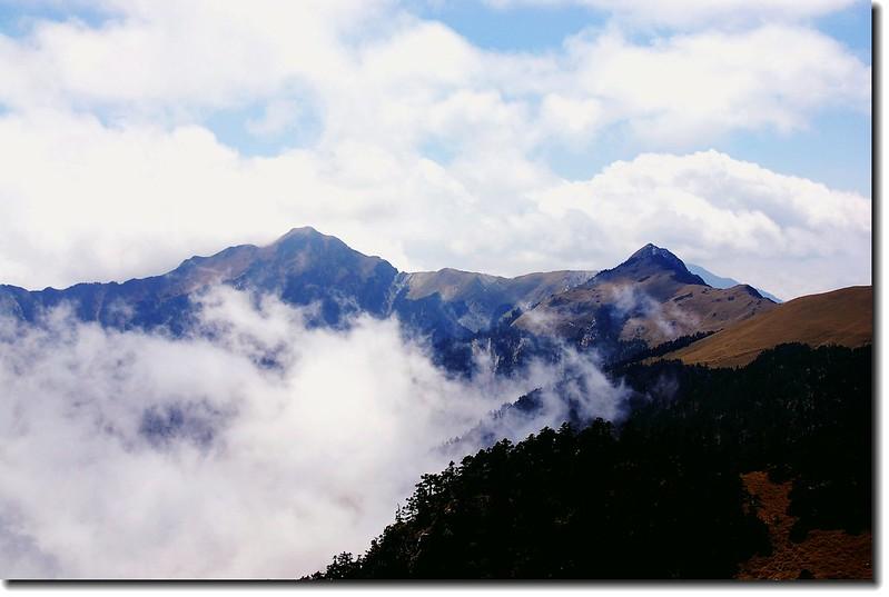 奇萊主山(L)奇萊池山(R)