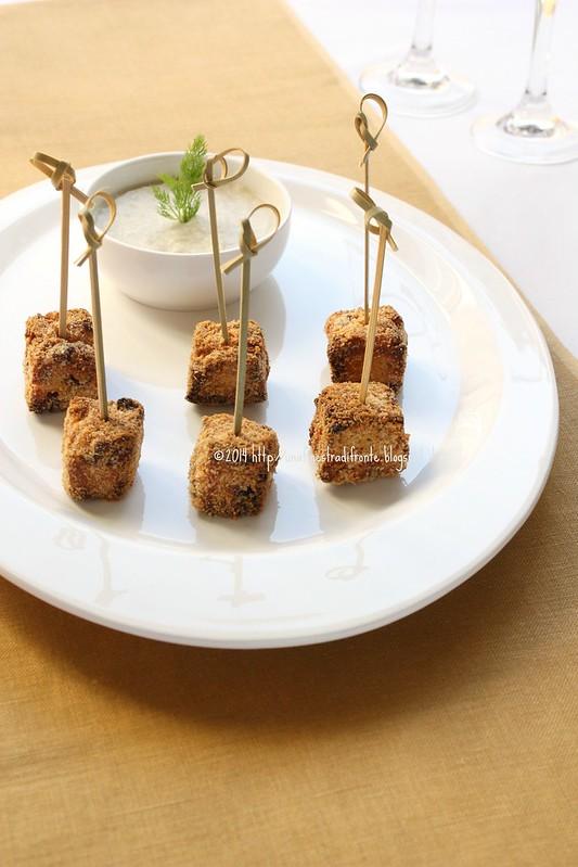 Quadrotti di panettone croccante con dip di finocchi e acciughe
