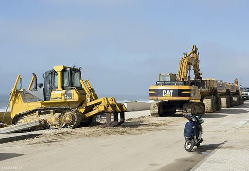 Si les machines chargées de remettre du sable sur la plage sont arrêtées, c'est parce que c'est l'heure de la pause.