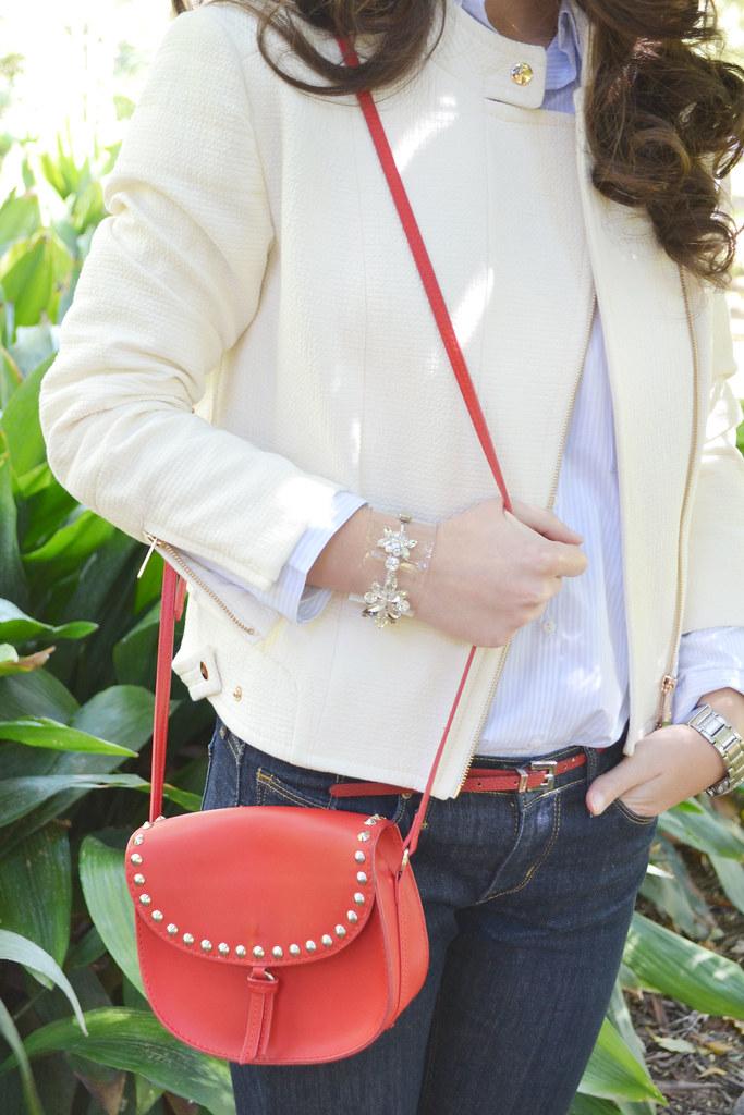 Cazadora color crema y accesorios en rojo