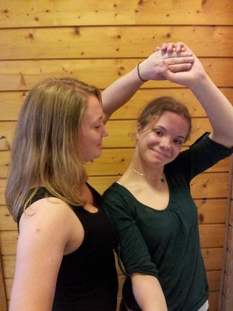 To jenter dansar folkedans