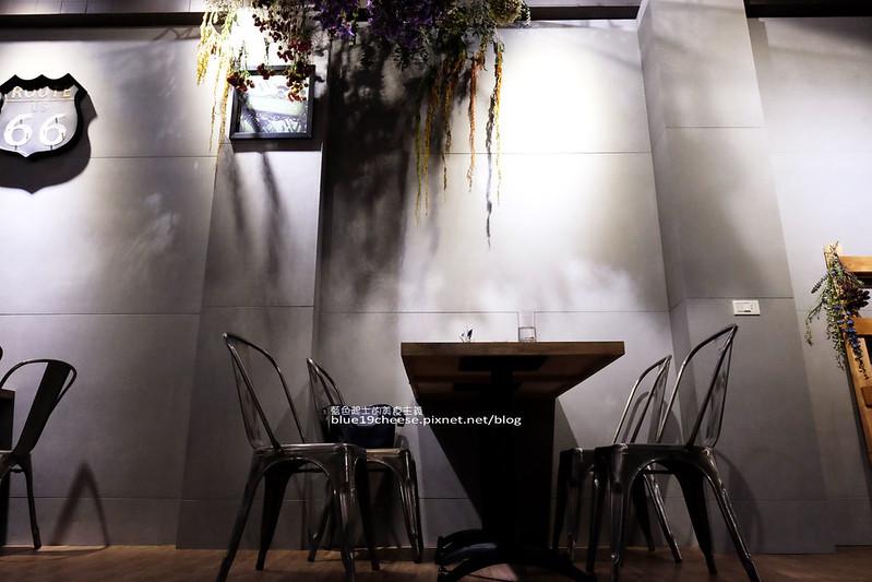 33190222900 6fa13789fe c - Frini Cafe-乾燥花咖啡館結合簡約工業風.早上就吃的到鬆餅甜點喝的到咖啡.近澄清醫院.中港新城公車站旁.中科商圈