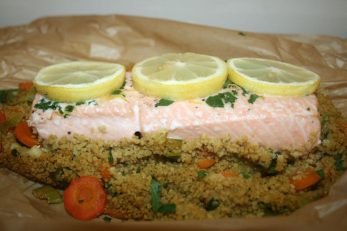 40 - Lachs auf Gemüse-Couscous - Seitenansicht / Salmon on vegetable couscous - side view