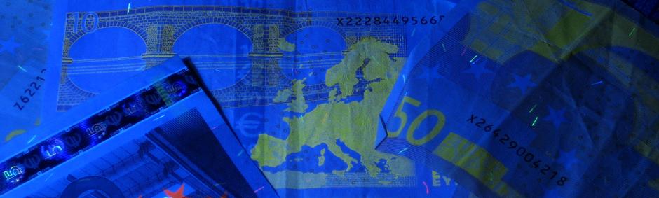 Fotografía de unos billetes de Euro bajo luz negra
