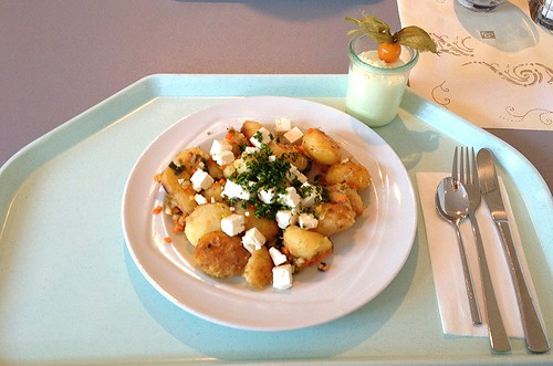 Kartoffelgeröstel mit Lauch & Schafskäse / Roasted potatoes with leek & feta