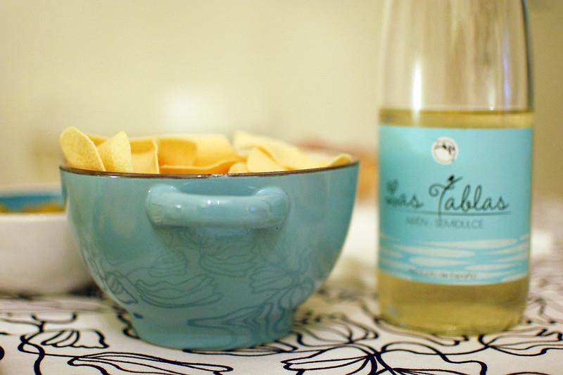 patatas fritas y vino blanco