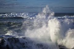 """El mar rompiendo en """"Os Cañois"""""""