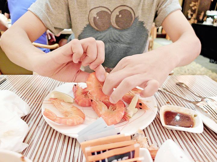 peeling prawns