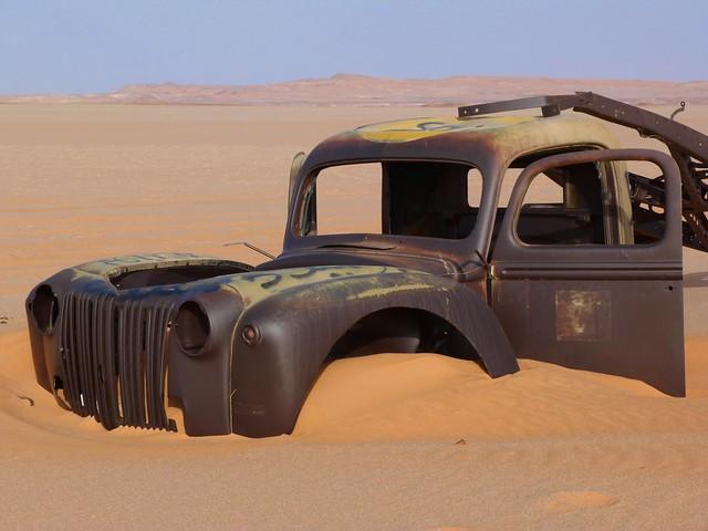 Camión Chevrolet enterrado en la arena del desierto Líbico (Egipto)