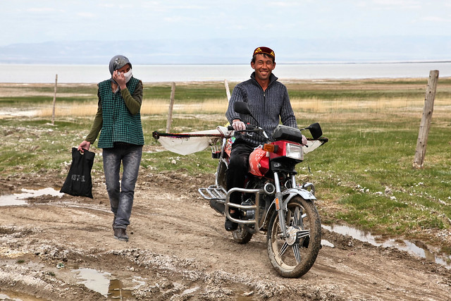 Kazakh couple in the road of the grassland, Barkol バルクル、草原の道をゆくカザフ人夫婦
