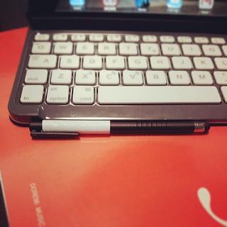 ロジクールのiPad mini用キーボード付きカバー(TM720)、ペンホルダーにスタイラスペンがしっかり収まって便利。 スタイラスペン殆ど使わないけど...w