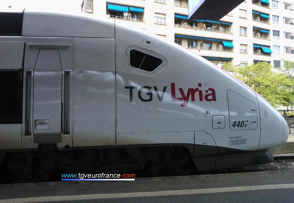 Cabine de conduite de la motrice impaire 384013 d'un TGV Lyria dans la gare genevoise