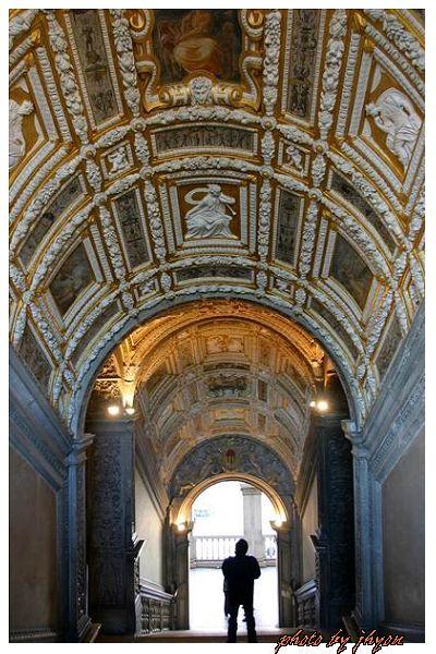 1108878310_道奇宮內美麗的黃金樓梯