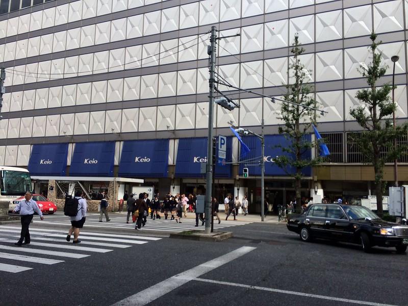 バス停の前は京王百貨店 by haruhiko_iyota