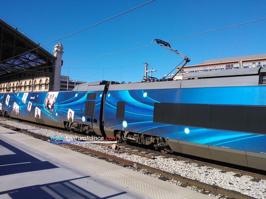 Détail du pelliculage spécial du TGV Allianz (rame TGV Sud-est 65)