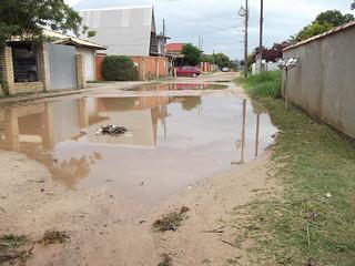Problemas Urbanos. Rua sem pavimentação no Campeche - Florianópolis-SC (2010). A falta de infra-estrutura prejudica principalmente os pedestres. Foto: Santiago Siqueira/www.santiago.pro.br
