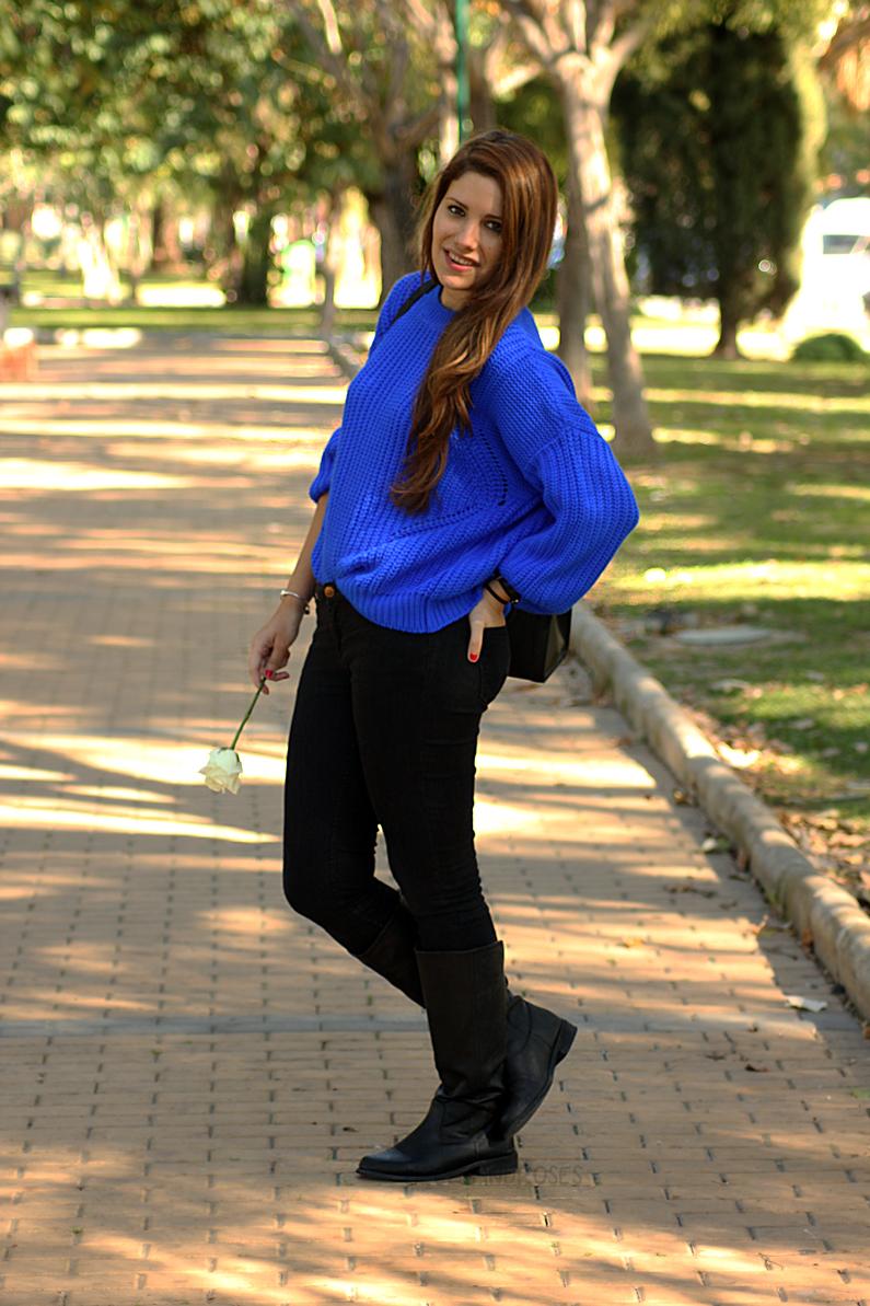 jeans-negros-y-jersey-azul-eléctrico-heelsandroses-(9)