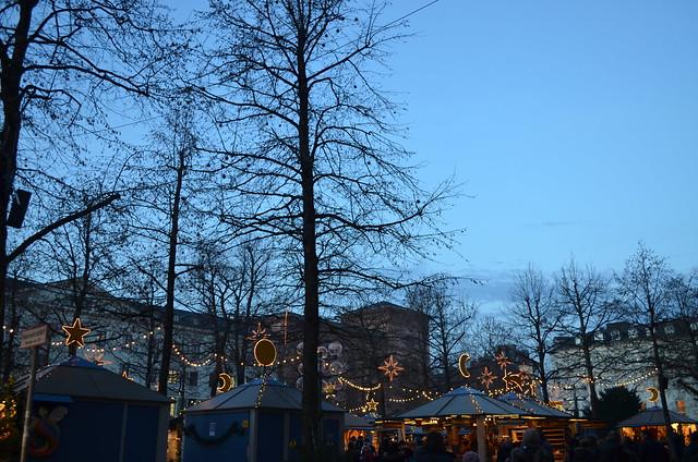 Wiesbaden Sternschnuppenmarkt stalls at dusk