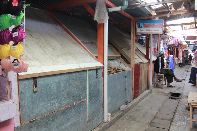 Sepi, Pedagang Pasar Darurat Jadi Buruh