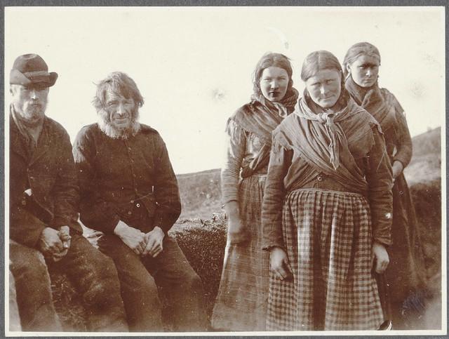 The family at Holt, near Kirkjubær (in Síða). Islandsk familie, foto fra 1900.