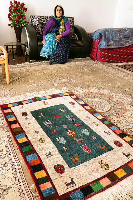 Gabbeh and a qashqai woman in local house, Firuzabad, Iran フィールーズ・アーバード、民家のギャッベとカシュガイ族女性