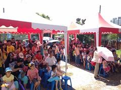 民眾在牛奶館看表演,喝高雄地區生產的新鮮牛奶。