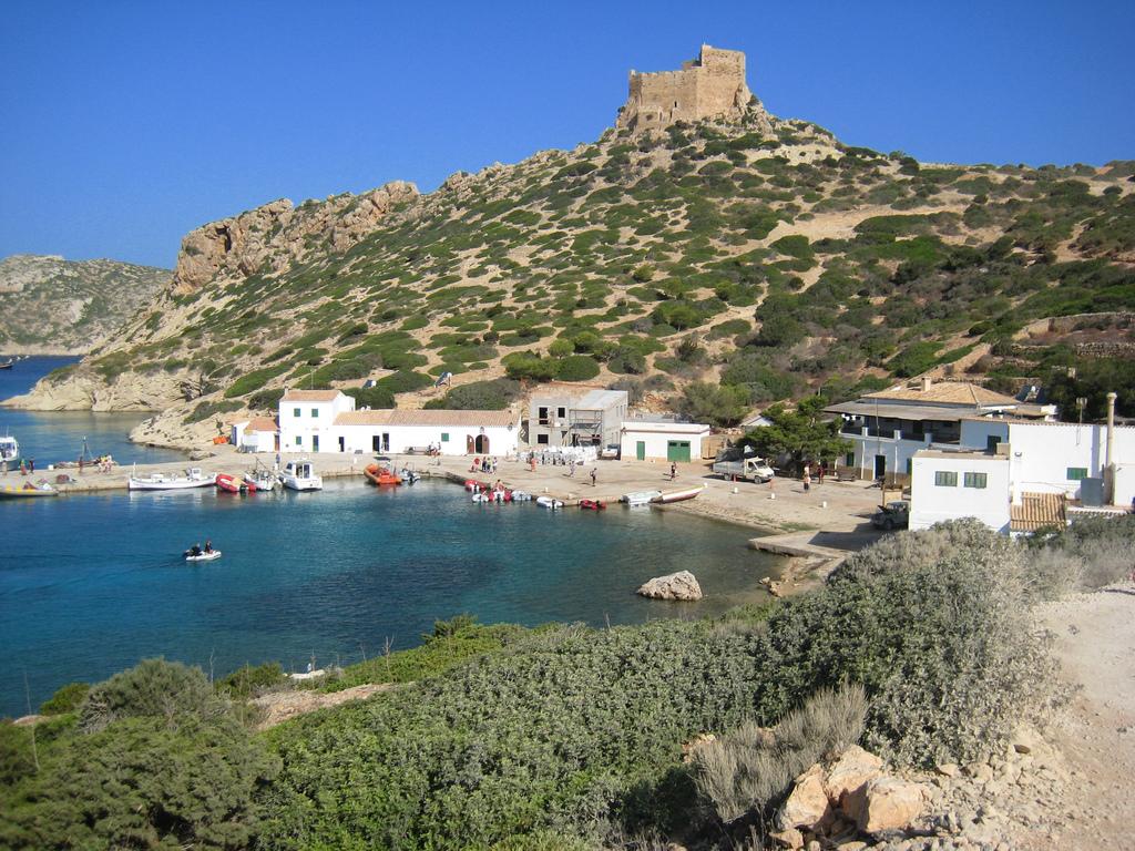 Es Port Cabrera, con el castillo de Cabrera al fondo. Autor, Cayetano