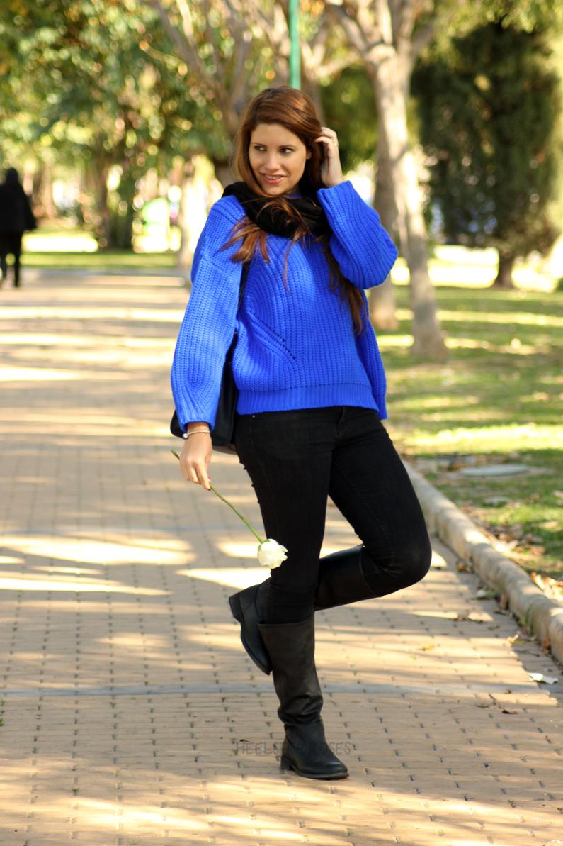 jeans-negros-y-jersey-azul-eléctrico-heelsandroses-(2)