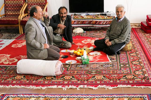 Qashqai men talking with tea, Firuzabad, Iran フィールーズ・アーバード、チャイを飲んで語らうカシュガイ族男性たち
